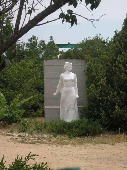 памятник Софье Перовской в парке усадьбы Совхоза