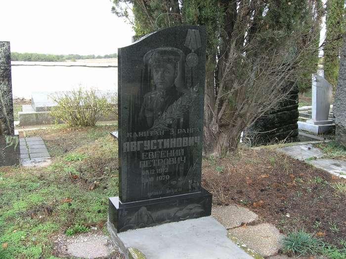 Новый памятник (фото 5 дек.2009)
