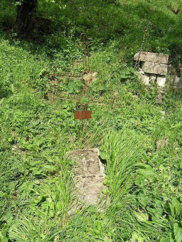 Камень с ржавым крестом