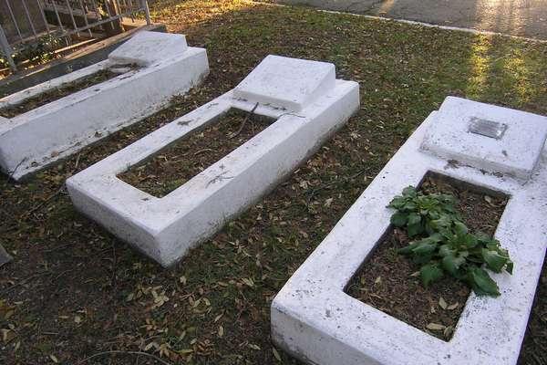 Две безымянные могилы рядом с Мамоновым Д.Е.
