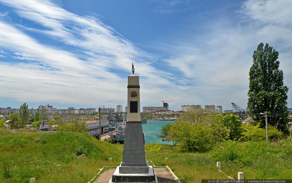 Памятник на фоне Стрелецкой бухты, 2016г. (автор - Юрий Югансон)