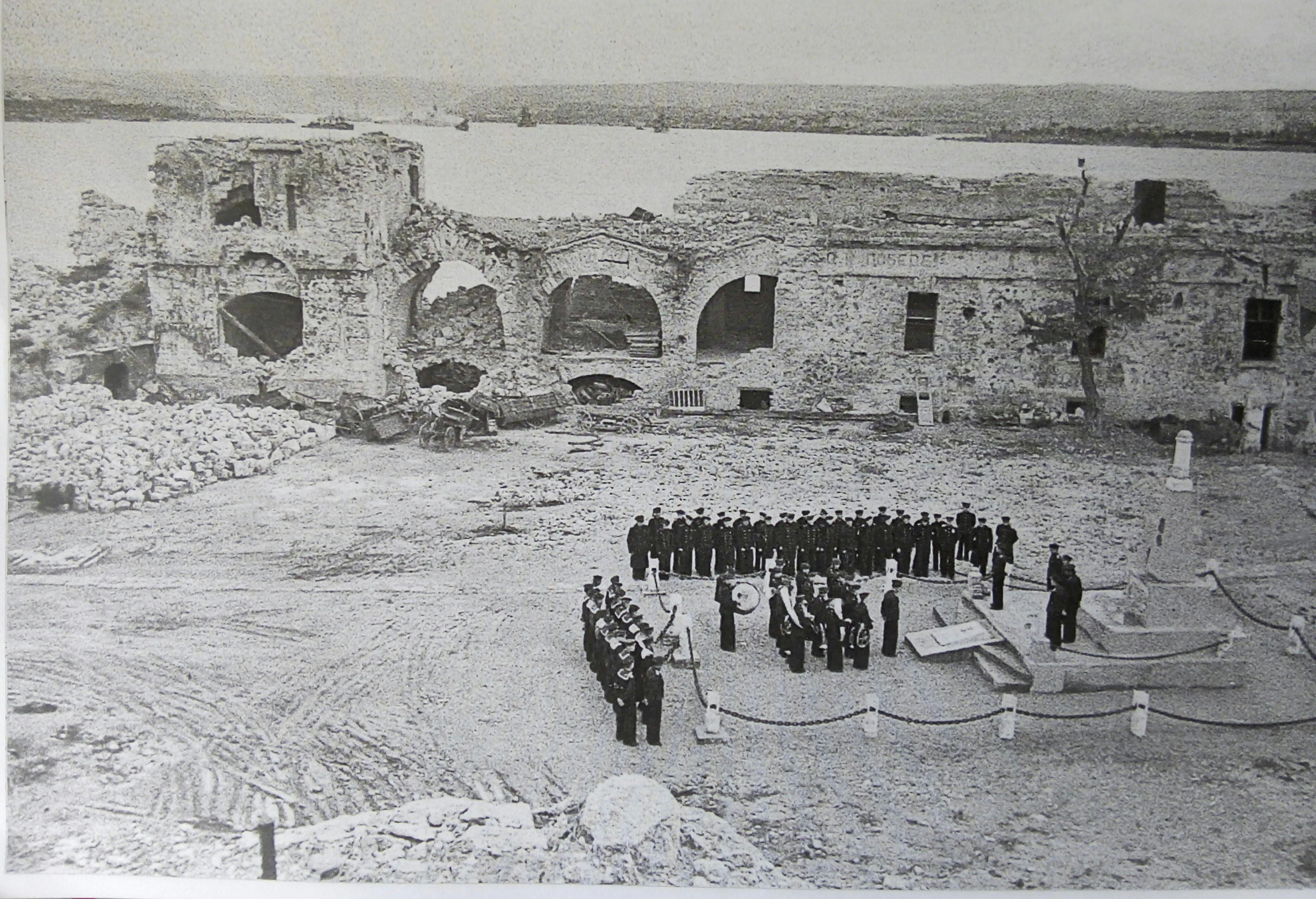 Братская могила внутри форта, 1950-е годы