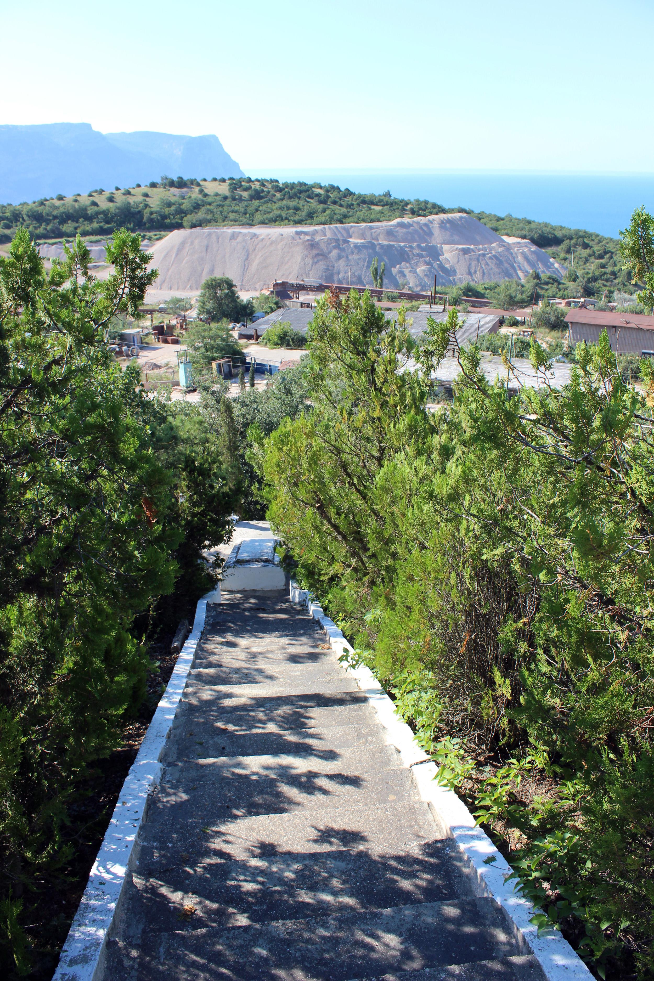 Вид с лестницы на площадку с могилой