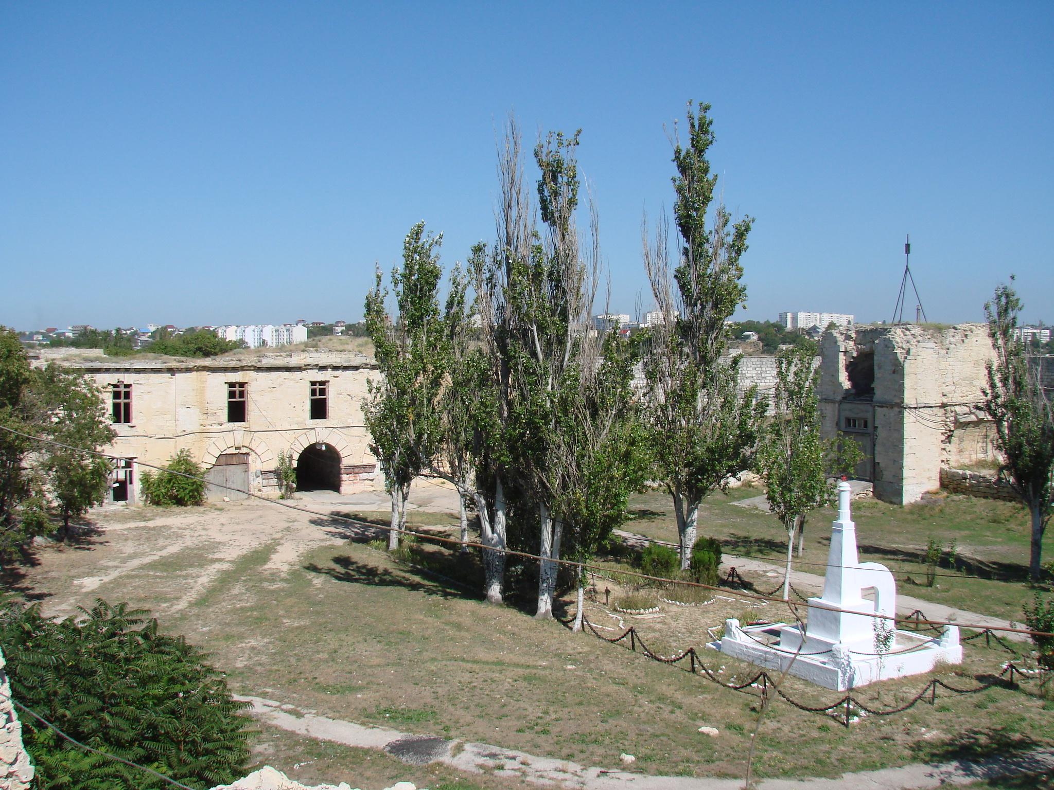 Общий вид дворика с могилой, 2010 г.