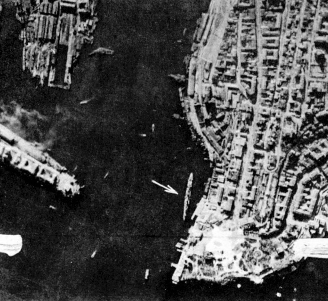 Немецкая аэрофотосъемка Южной бухты. Крейсер отмечен стрелочкой.