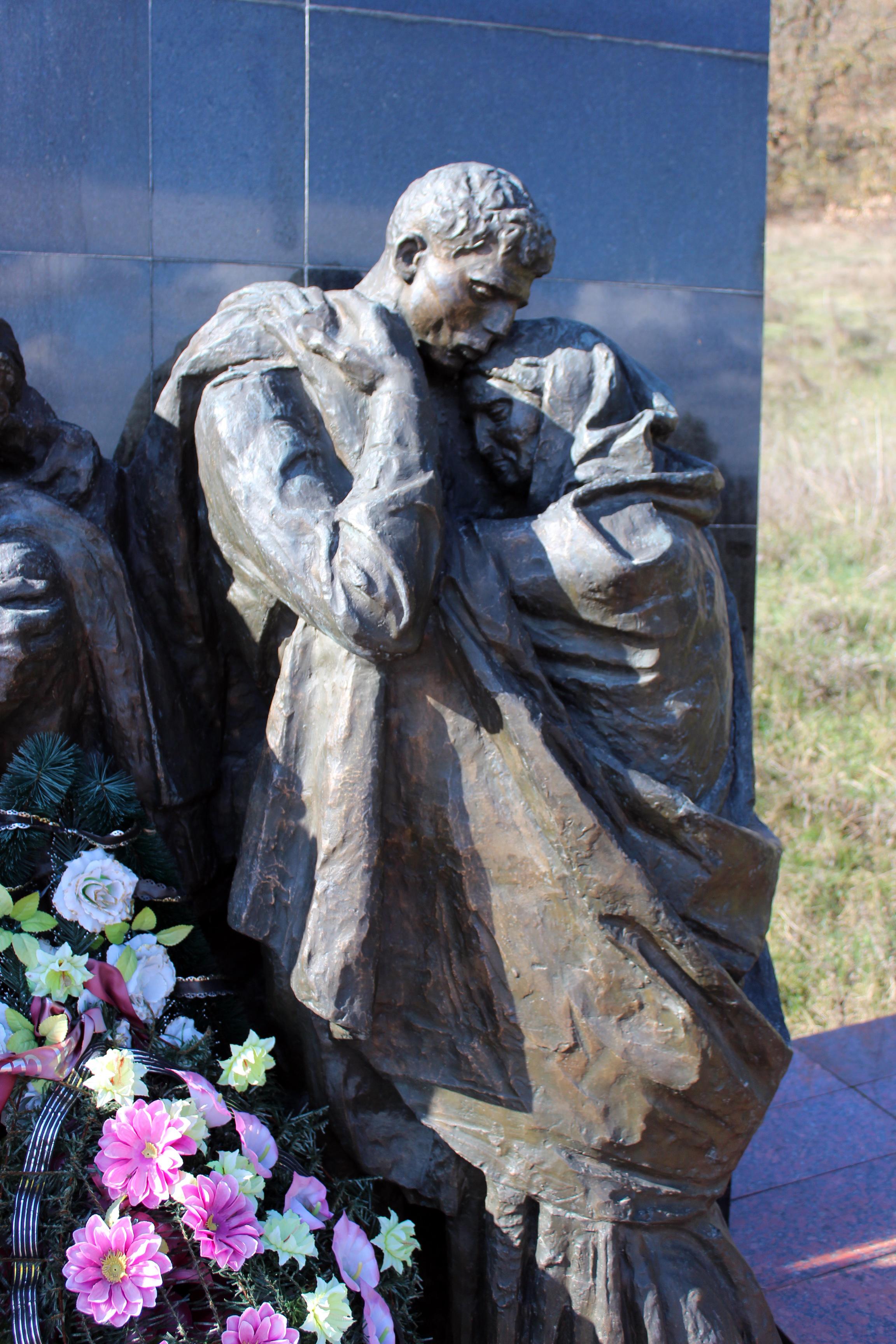 Скульптура - воин с матерью