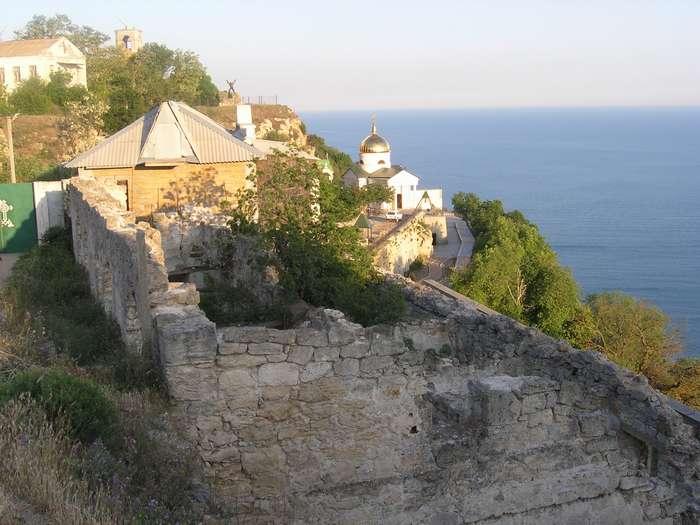Спуск к монастырю мимо развалин гостиницы