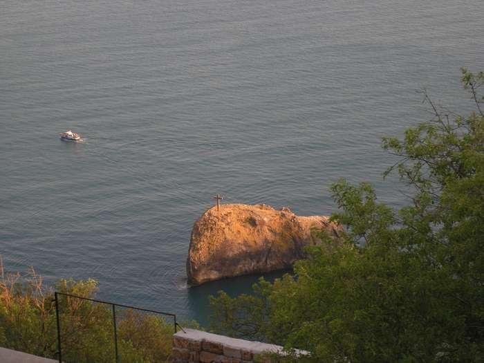 Георгиевская скала с крестом